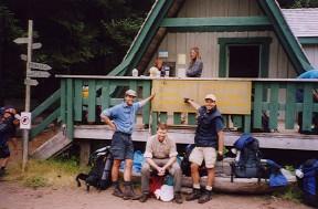 Männer vor einer Holzhütte